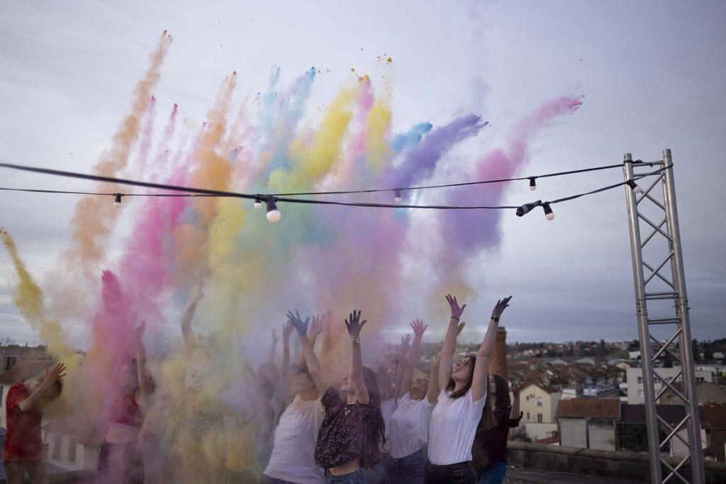 la foule lance la poudre de couleur