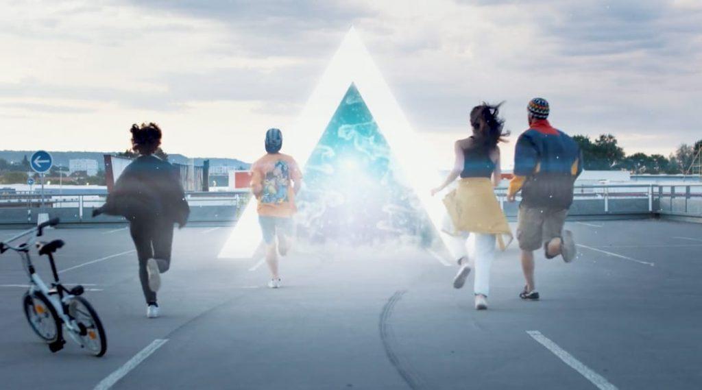 hommes et femmes qui courent vers un triangle