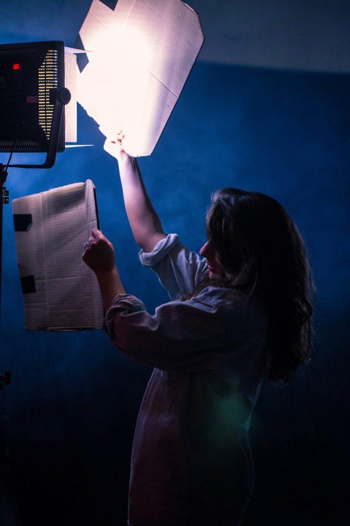 fille sous les projecteurs