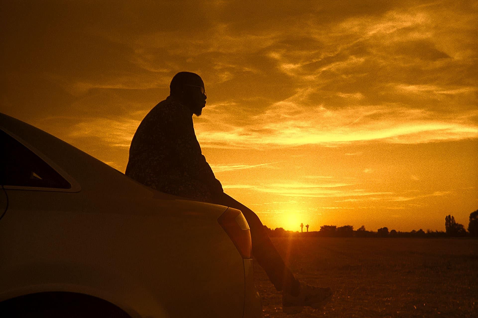 homme voiture coucher de soleil