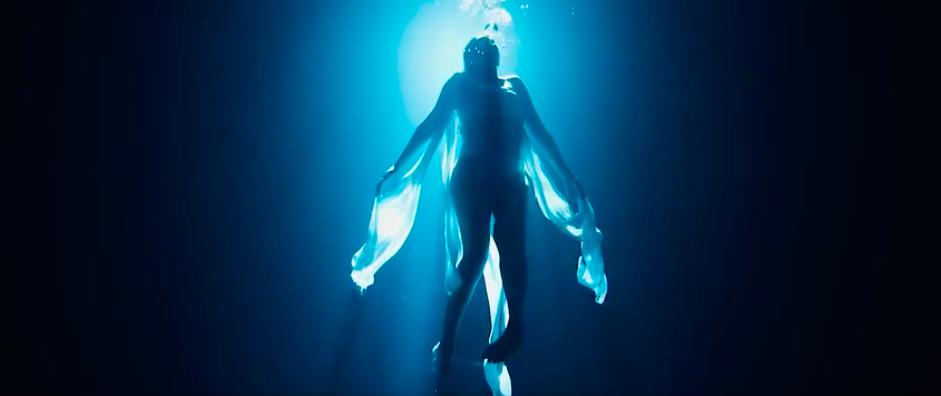 femme qui nage sous l'eau