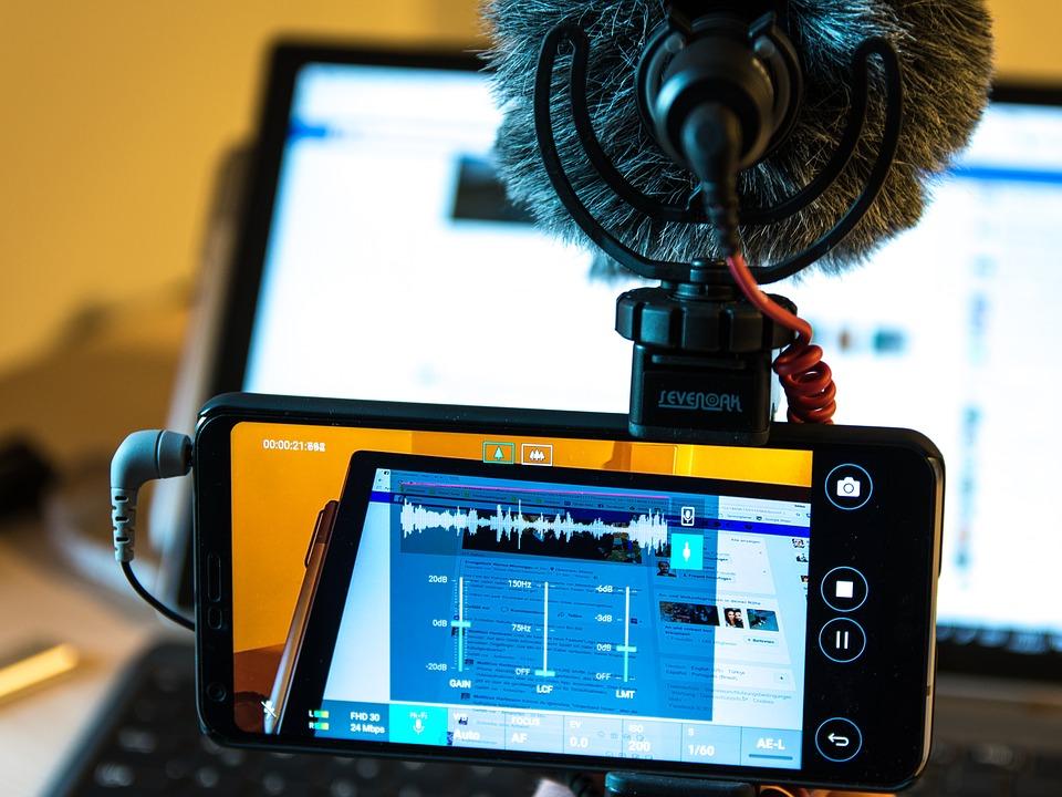 smartphone branché à un micro qui filme.