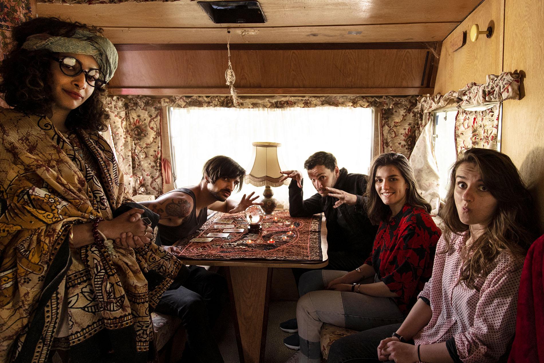 photo de groupe autour d'une table dans un décor de voyance