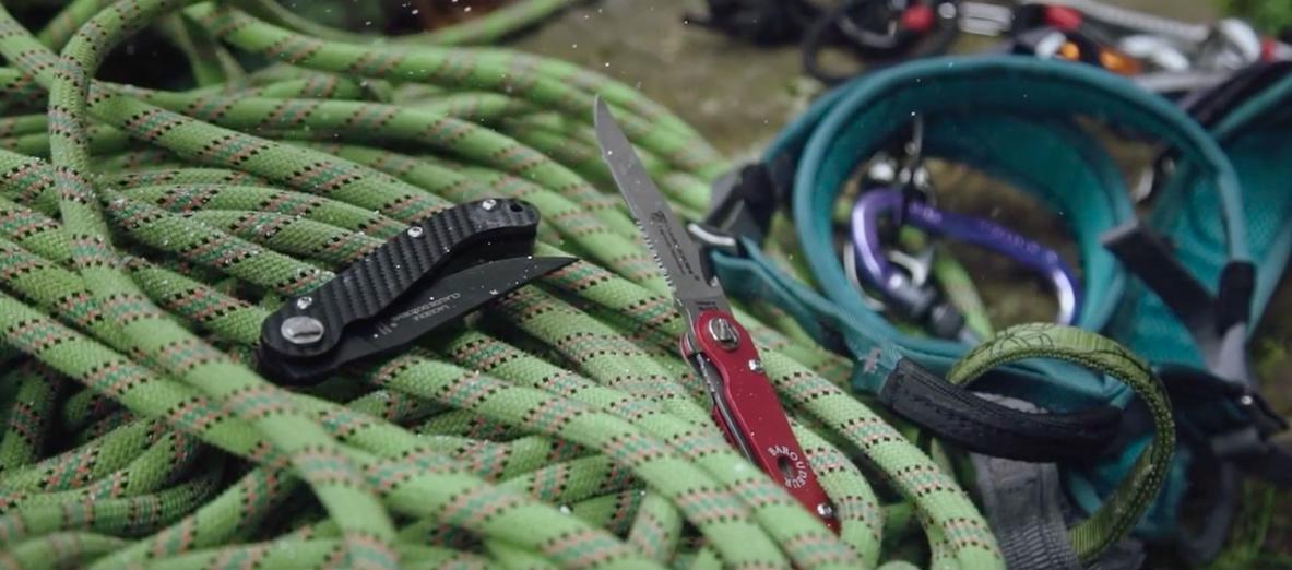 packshot produit de couteaux dozorme sur des cordes d'escalade