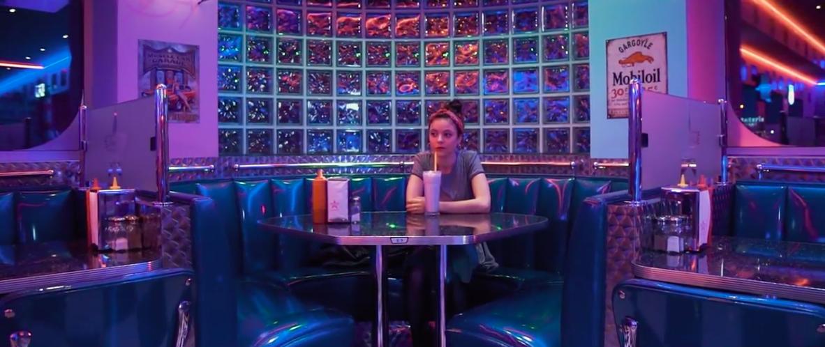Femme assise au restaurant plan d'ensemble
