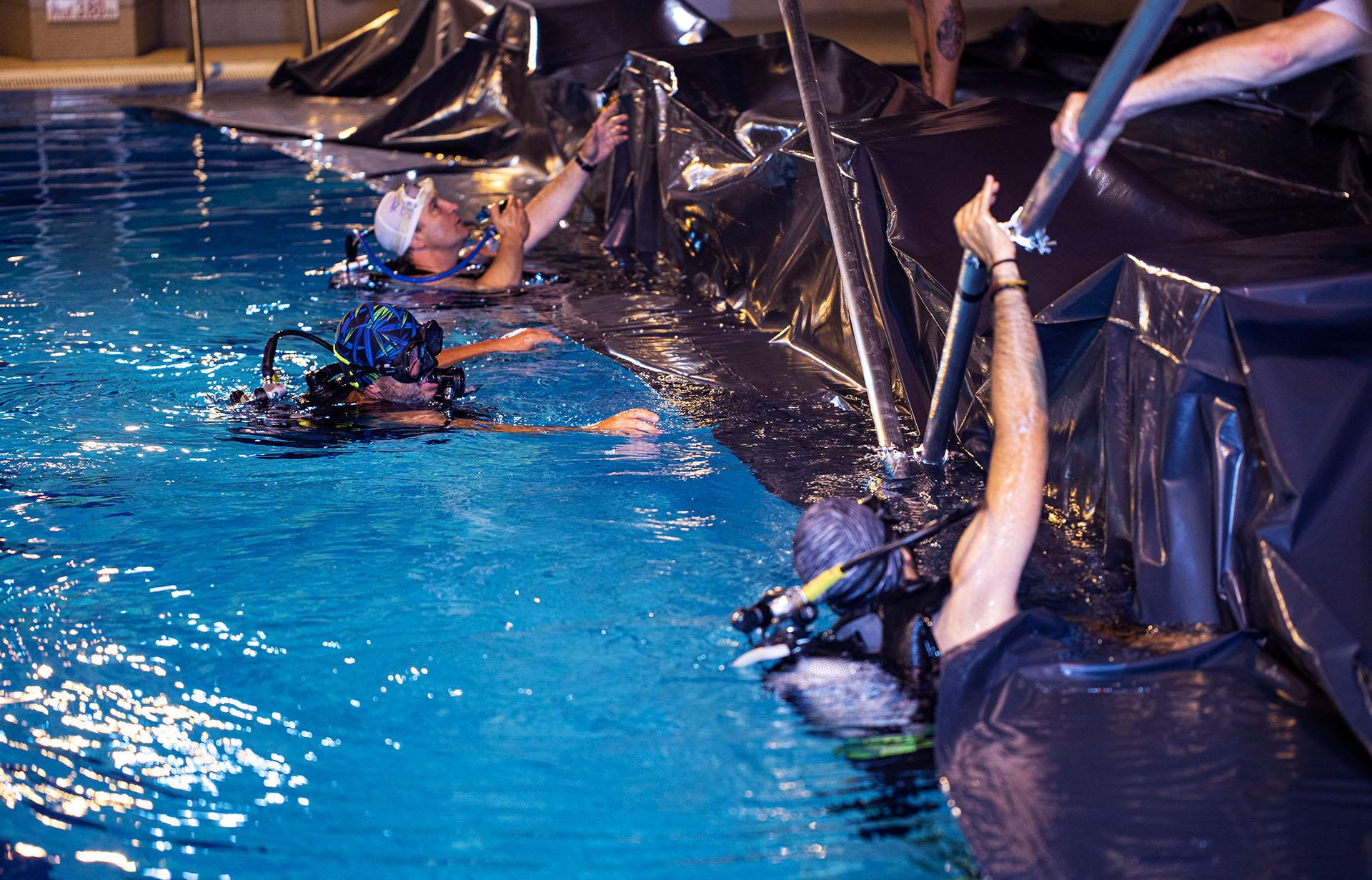 plongeurs dans une piscine pour un tournage sous l'eau