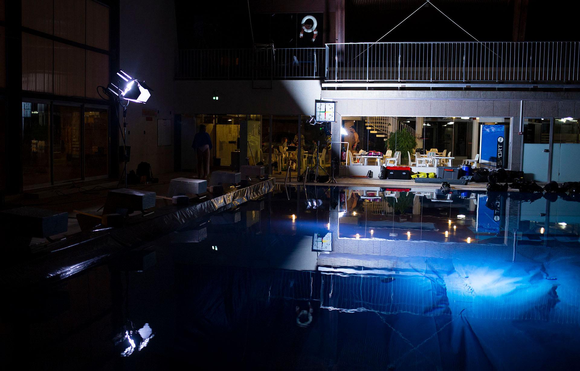 set-up de tournage dans une piscine