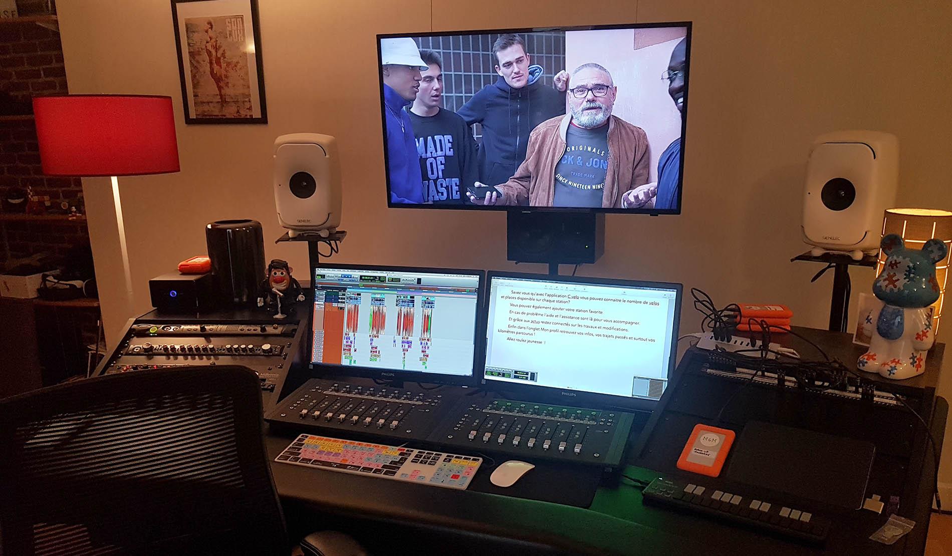 studio d'enregistrement, avec table de mixage et 3 écrans